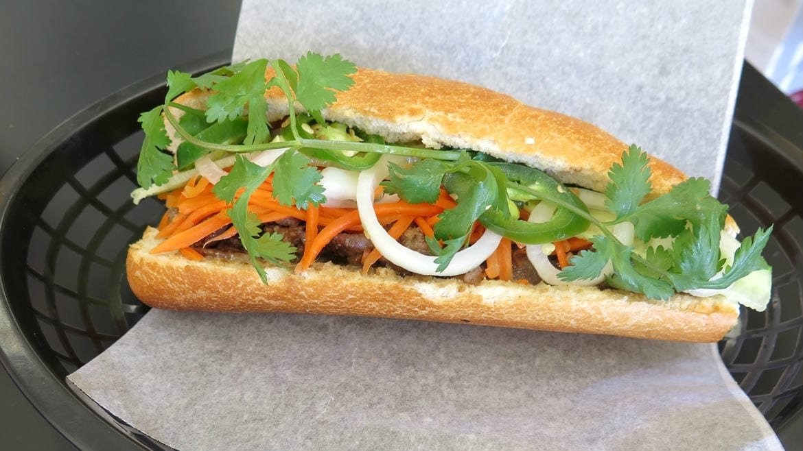 A picture of a banh mi.