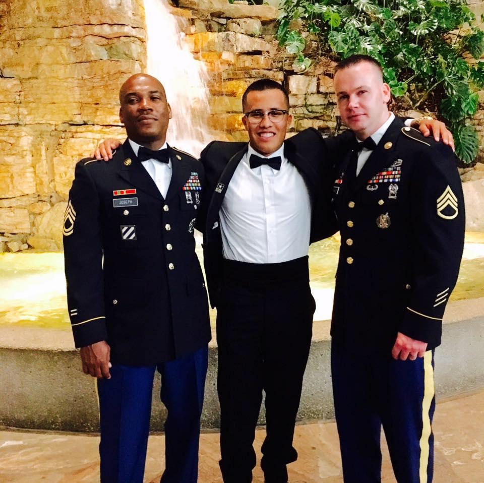 Uzi Pecina con sus sargentos