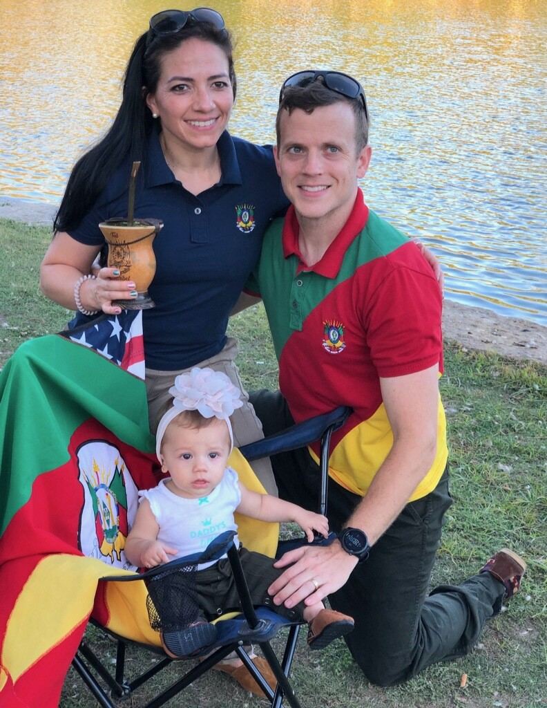 Maribel and Ted Nelson, accompanied by 9-month-old daughter Joy, recently hosted a mate circle in Overland Park's South Park. They wore Rio Grande do Sul colors and sipped mate from their cuia while getting a few family pictures.